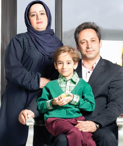 عرفان برزین با لباس سبز و پدر و مادرش