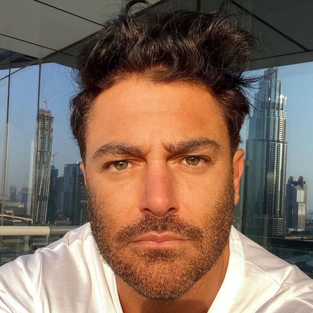 محمدرضا گلزار با لباس سفید - رنگ واقعی چشم محمدرضا گلزار
