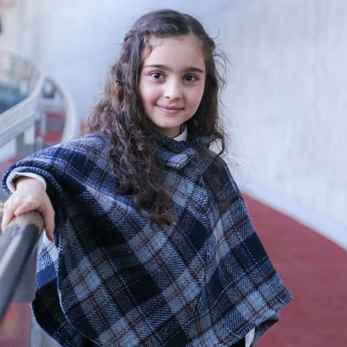 مانیا علیجانی با لباس چهارخونه