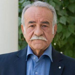 سعید پورصمیمی با پیراهن آبی و کت سورمه ای از بازیگران مرد ایرانی بالای 40 سال