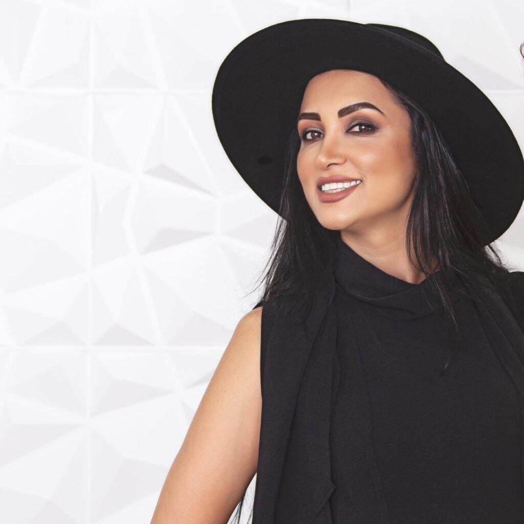 روناک یونسی با کلاه و لباس مشکی - روناک یونسی بی حجاب