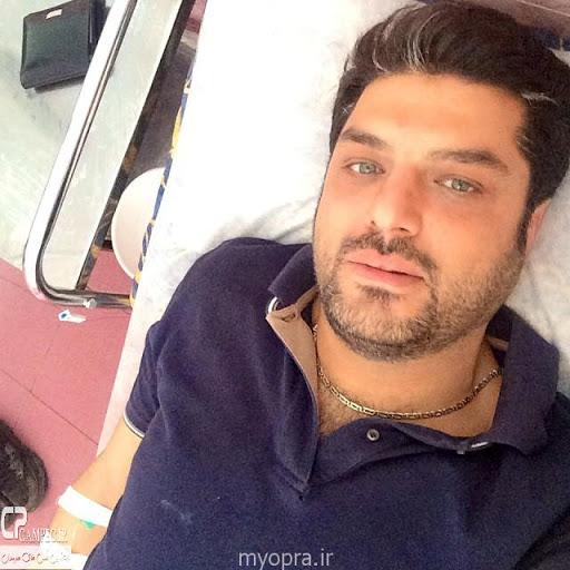 سام درخشانی روی تخت بیمارستان با سرم - رنگ چشمان سام درخشانی