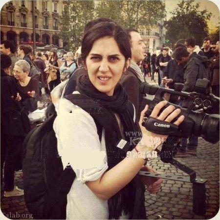 زهرا امیرابراهیمی بی حجاب با لباس سفید و دوربین فیلمبرداری در خیابان