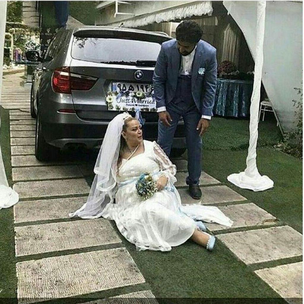 بهاره رهنما با لباس عروسی روی زمین و همسرش با کت و شلوار رسمی - مهریه بهاره رهنما