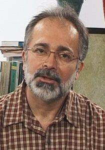 افشین نخعی با لباس چهارخونه از بازیگران مرد ایرانی بالای 40 سال