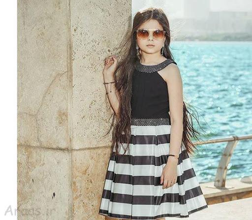 ترنم کرمانیان با لباس مجلسی سفید مشکی لب دریا