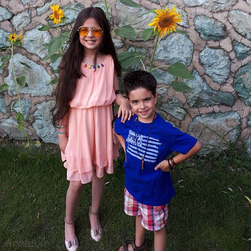 ترنم کرمانیان با لباس صورتی و برادرش