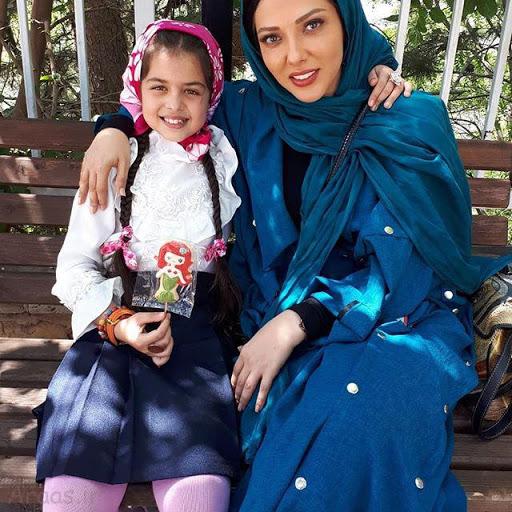 ترنم کرمانیان با لباس سفید و لیلا اوتادی با لباس آبی