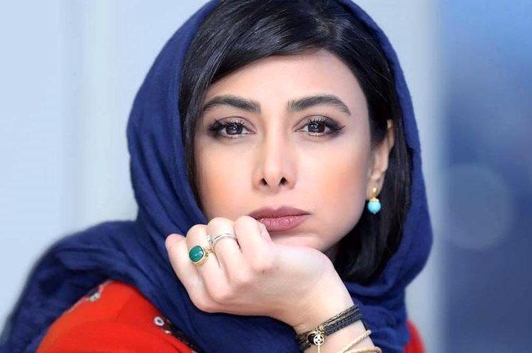 آزاده صمدی گیلانی با شال آبی