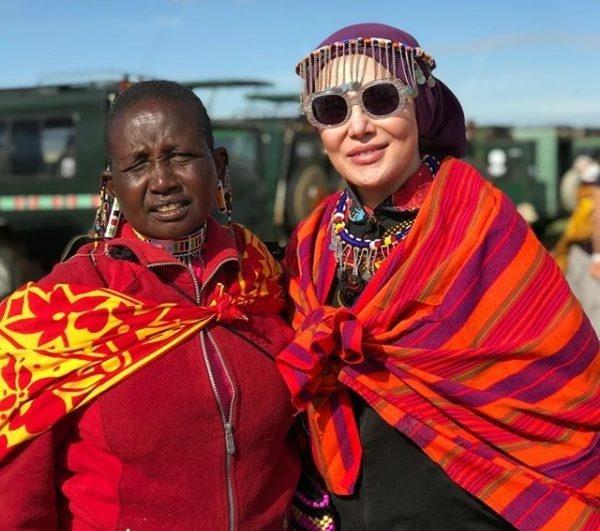 آرام جعفری در کنیا با لباس رنگی