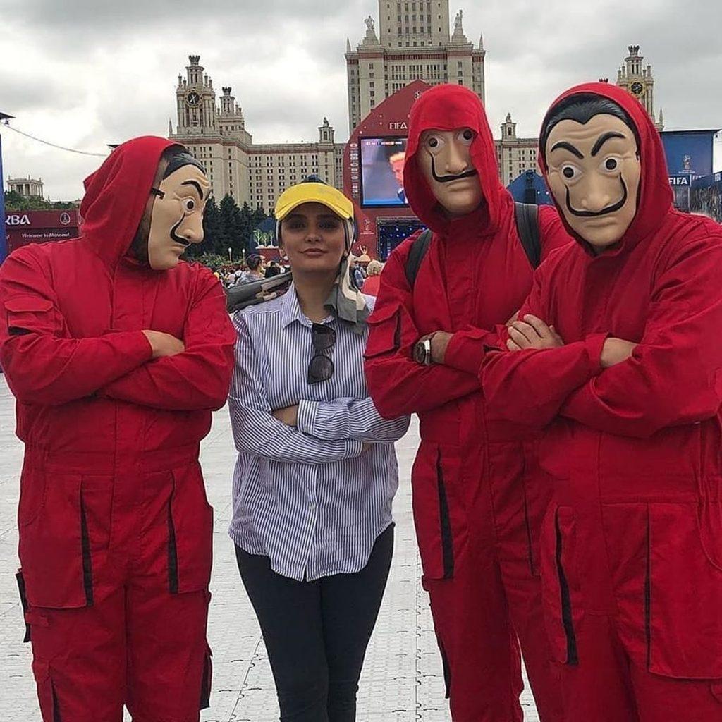 عکس لیندا کیانی در روسیه با کلاه زرد