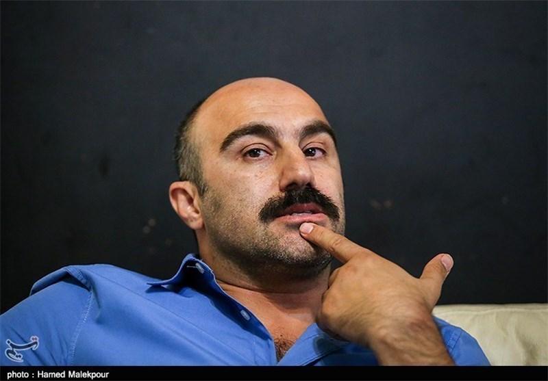 محسن تنابنده چپ دست با لباس آبی