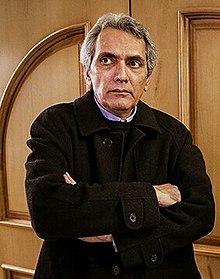 فرخ نعمتی با کاپشن مشکی از بازیگران مرد ایرانی بالای 40 سال