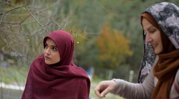 سارا باقری بازیگر گیلانی با روسری قرمز