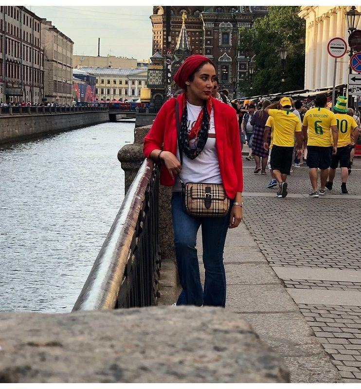 عکس بهاره افشاری در سن پترزبورگ با لباس و کلاه قرمز