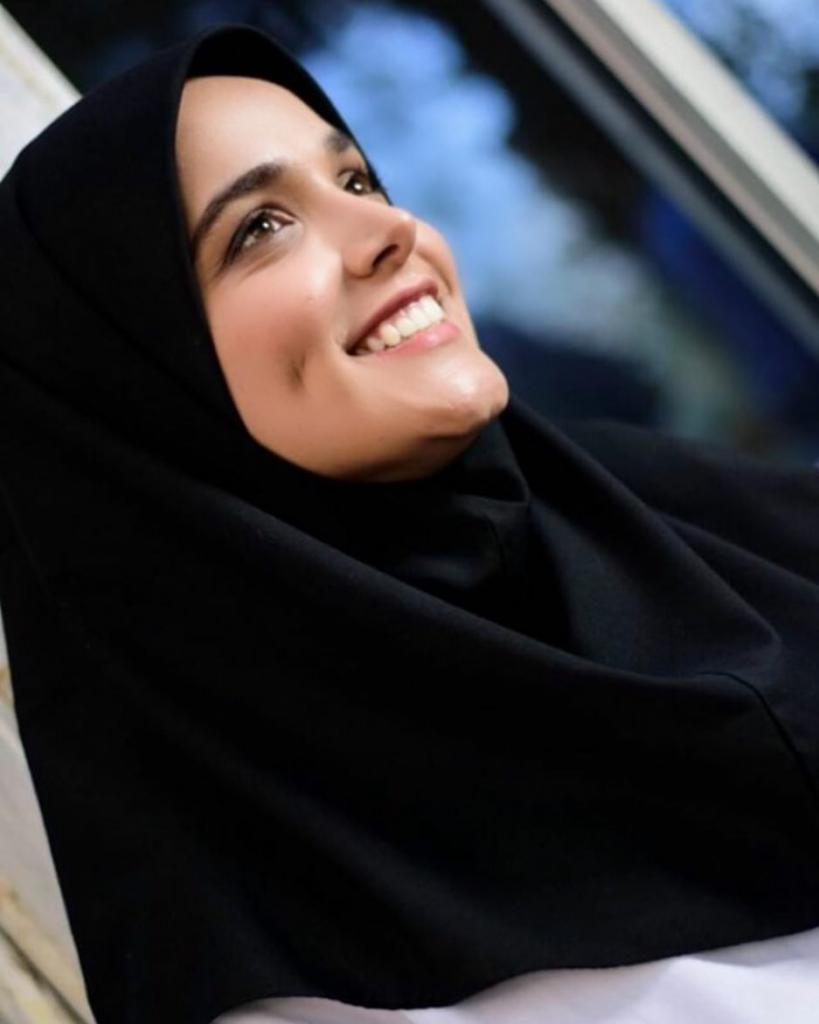 سارا باقری بازیگر گیلانی با مقنعه مشکی