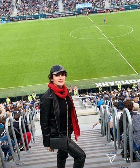 عکس بهاره افشاری در سن پترزبورگ با لباس مشکی در استادیوم
