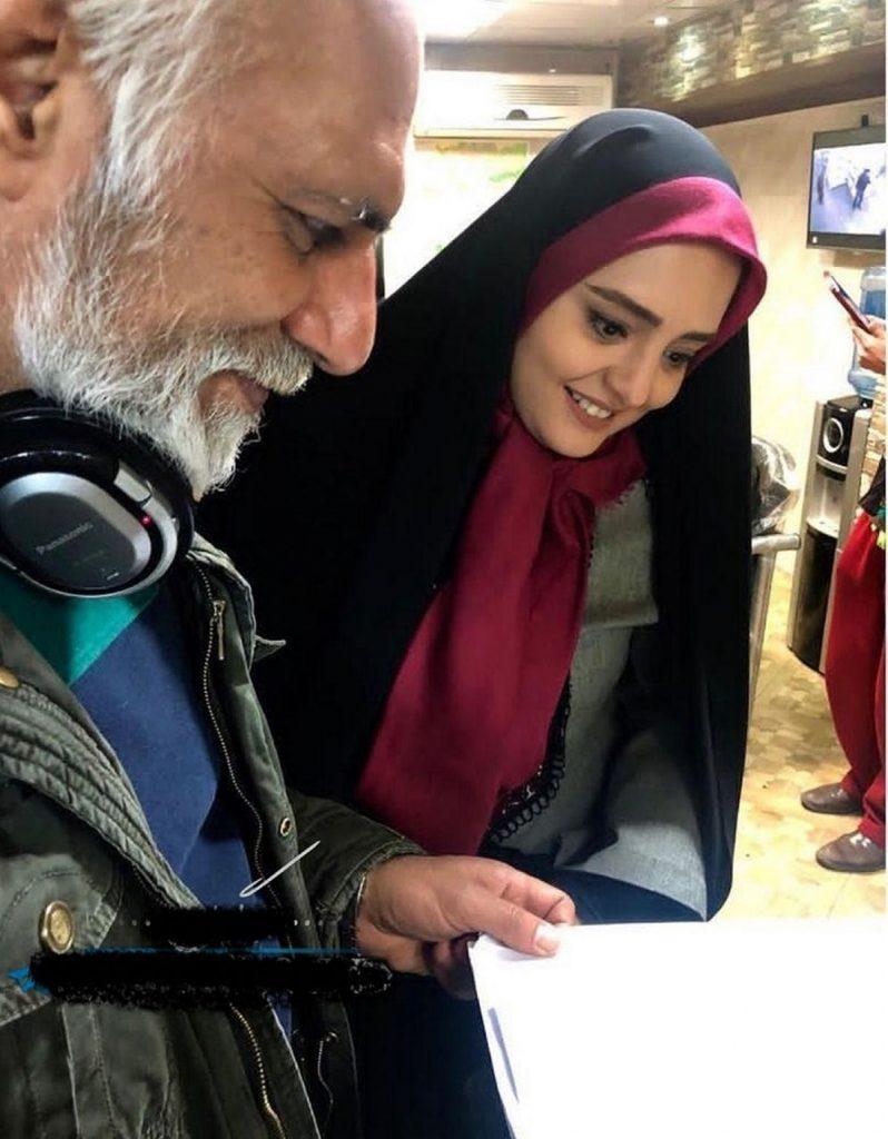 نرگس محمدی با چادر و روسری قرمز