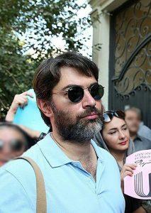 پارسا پیروزفر از بازیگران مرد ایرانی با عینک