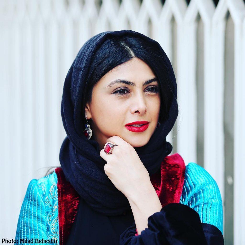 آزاده صمدی گیلانی با شال مشکی