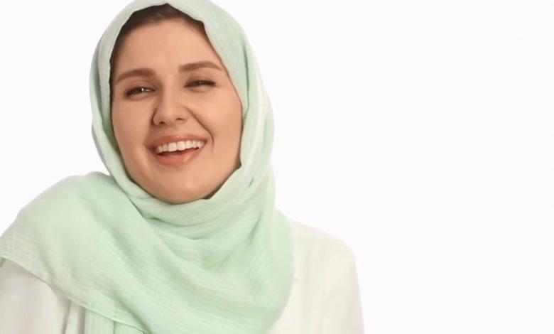 گلوریا هاردی فرانسوی با شال سبز