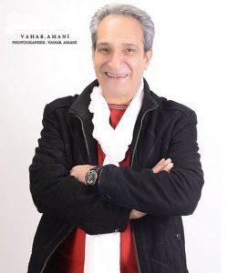 خشایار راد با کت مشکی و شال گردن از بازیگران مرد ایرانی بالای 40 سال