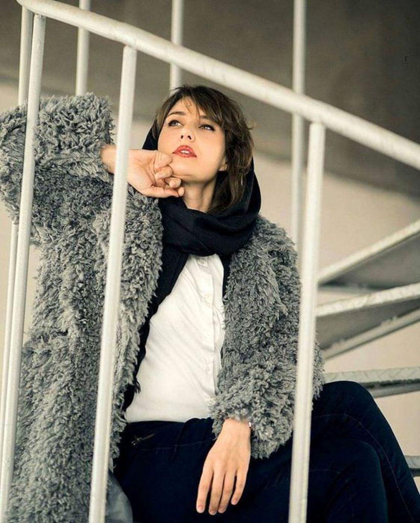 گلوریا هاردی فرانسوی با لباس پشمی