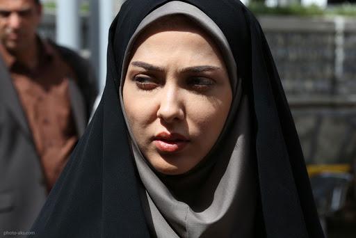 لیلا اوتادی با چادر مشکی و مقنعه طوسی