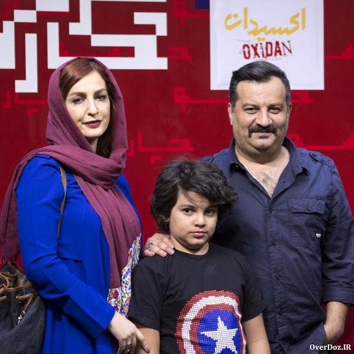 مهراب قاسمخانی و شقایق دهقان با مانتو آبی و پسرشان